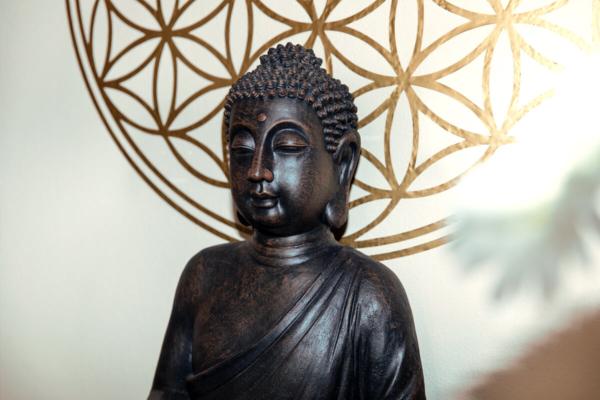 Buddha Figur in der Physiopraxis Gschwendtner